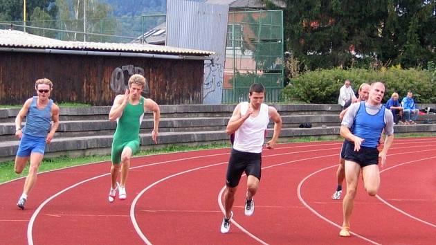 Radek Masař (vpravo) při běhu na 200 m.