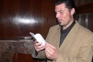 Alois Mačák předčítá ze sbírky své poezie Medunka.