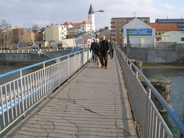 Přerovem už delší dobu hýbe stavba nového Tyršova mostu. Na jeho místě je nyní nevzhledná lávka.