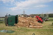 Nehoda návěsu se dřevem v Olšovci