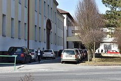 V blízkosti základní a mateřské školy Šromotovo zanedlouho nebude možné parkovat. Město tak reaguje na případ, kdy řidič při couvání srazil jedenáctiletou dívku.