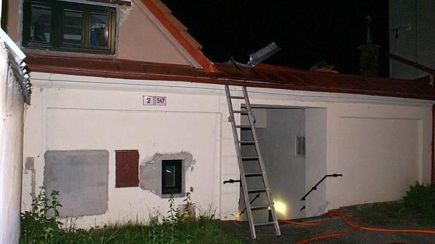 Majitelé domu v Hranicích vypalovali vosy, oheň zachvátil střechu
