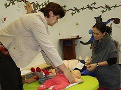 Maminky se při kurzu v centru U kocoura Mikeše učily, jak dětem poskytnout první pomoc