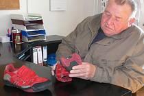 Prasklou botu své vnučky přišel do redakce Deníku ukázat její dědeček Bohuslav Hájek.