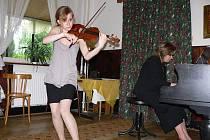Koncert žáků a absolventů ZUŠ Hranice k 50. výročí pedagogické práce Věry Holešovské
