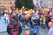 Čtyři sta čtyřicet sedm balonků se ve vzneslo k nebi