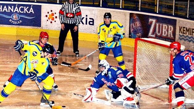 Jan Kolář uplatnuje důraz před brankou soupeře a v přesilové hře pěti proti třem střílí poslední branku domácího celku.