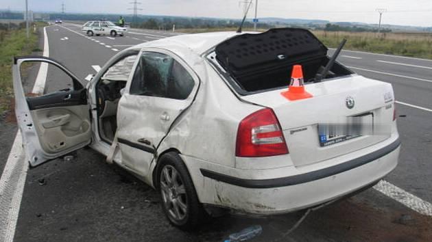 Po střetu se obě auta ocitla mimo vozovku.