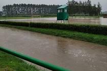 Déšť zatopil hřiště v Ústí u Hranic.
