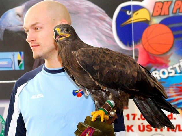 Kapitán Orlů Jan Pavlík přivítal Andyho v týmu.