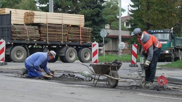 Na třídě 1. máje jsou díky asfaltování silnice zmatky.