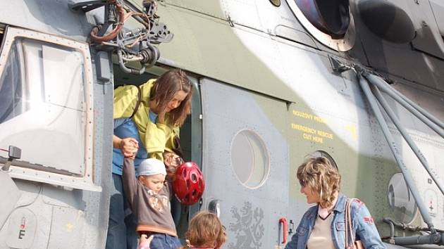 Možnost prohlédnout si letiště letos dostaly alespoň děti a rodiny zaměstnanců.
