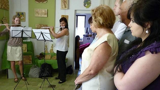 Hned osm umělců zároveň vystavuje v zadní části galerie M+M. Vidět zde můžete malby, enkaustiku, dřevořezby i keramiku