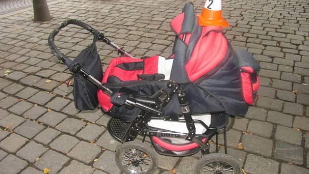 Po střetu s cyklistou vypadlo z kočárku čtyřměsíční dítě, ale naštěstí vyvázlo bez vážnějšího zranění.