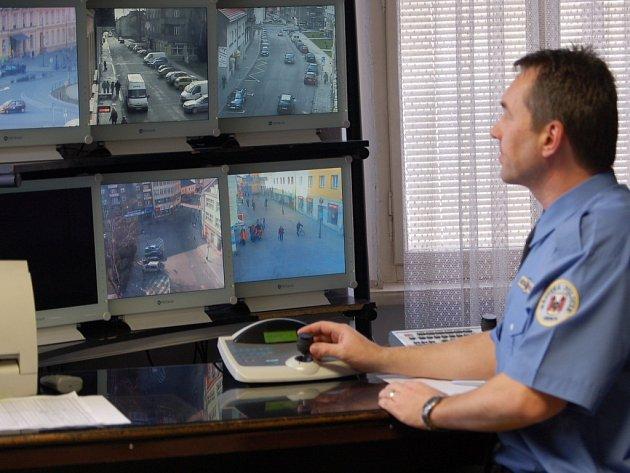Výhody městského kamerového systému si přerovští strážníci nemohou vynachválit.