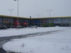 Poté, co se zavřou obchody, se na parkovišti prohánějí někdy až čtyři auta.