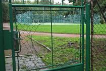 Se vstupem do sportovního areálu Základní školy Struhlovsko si někteří hlavu nelámou. Vyřešili to velkou dírou v pletivu.