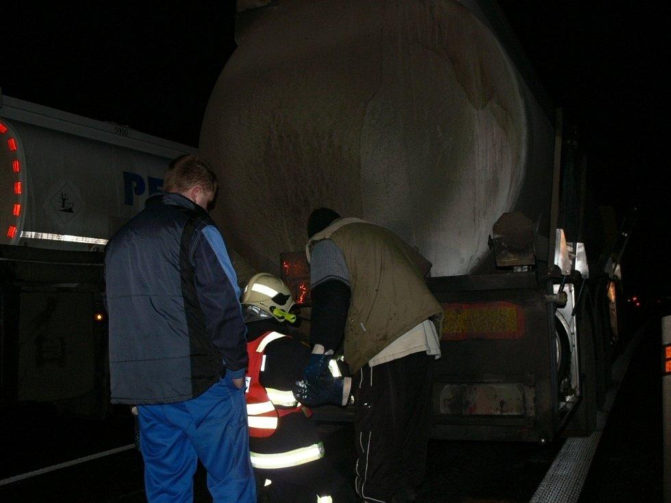 Únik benzinu z cisterny na na silnici I/47 v Hranicích