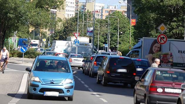 Páteční dopravní situace v Přerově byla dopoledne katastrofální. Kolony aut se tvořily i v malých bezvýznamných uličkách města. Kolaps vyvolala uzavírka Polní ulice, která se právě rekonstruuje.