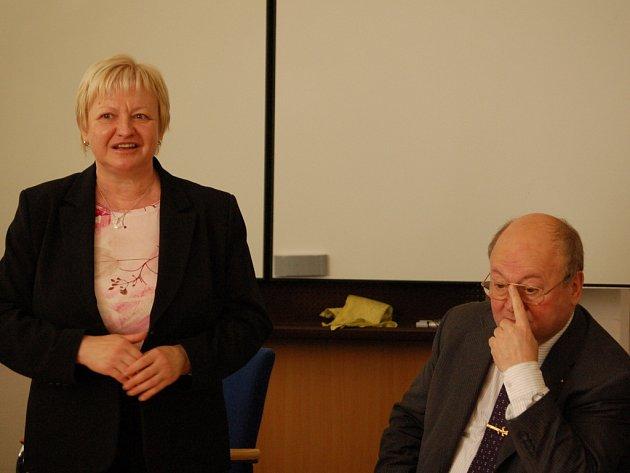 Na Vysokou školu logistiky společně zavítali europoslanci Věra Flasarová a Vladimír Remek.