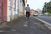 Už brzy se tak dočkají opravy chodníků obyvatelé na třídě Československé armády.