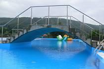 Počasí vše zkazilo. Kvůli vytrvalému dešti si mohli návštěvníci bazén jen prohlédnout.