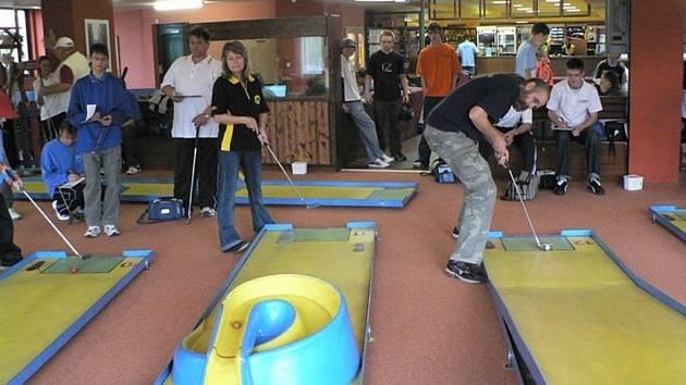 Padesát minigolfistů se sjelo na první turnaj Hanáckého Cupu.