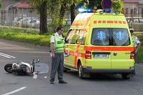 Řidička skútru utrpěla vážná zranění.