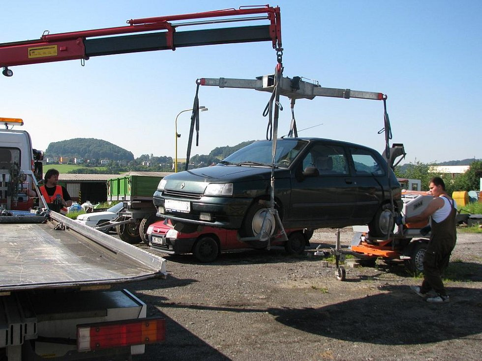 Další tři vozidla stojí od pátku 17. července na dvoře hranické společnosti Ekoltes. Tentokrát je kvůli blokovému čištění nechala odtáhnout ze sídliště Kapitána Jaroše.