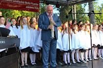 Devadesát let od založení si připomněla ZUŠ v Hranicicíh celodenním koncertem v Sadech Čs. legií