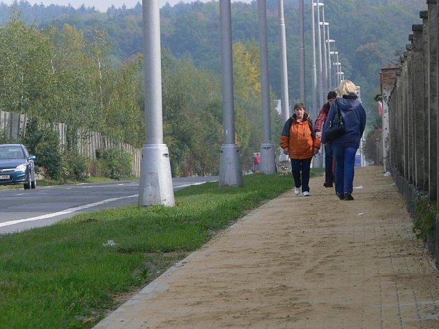 Chodník na Tování ulici vHranicích se už rýsuje