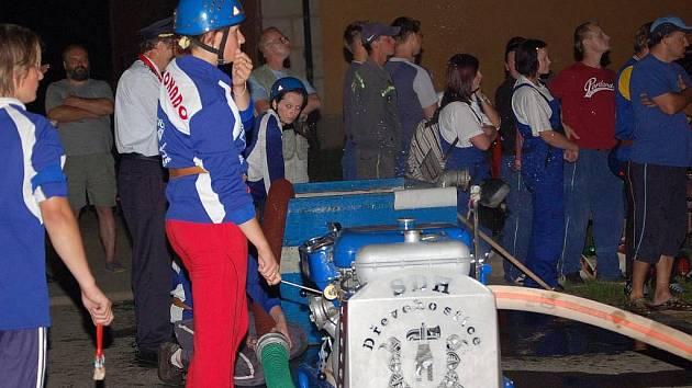 Noční závody hasičů v Dřevohosticích