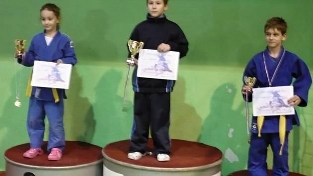 Benjamínek Roman Hynčica přebírá pohár za první místo v soutěži družstev