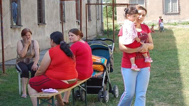 Na sedmdesát obyvatel žije v ubytovně v Dluhonské ulici v Přerově, o kterou se stará teprve dvaadvacetiletý Pavel Mirga. Jejich osudy jsou pohnuté – většina z nich se sem nastěhovala, protože neměla kam jít.