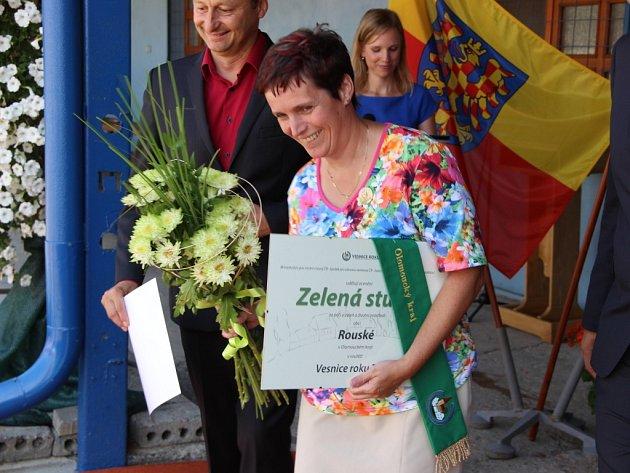Starostka obce Rouské Daniela Tvrdoňová přebrala vpátek Zelenou stuhu.