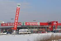 Lidé z Prostějova, kteří nevlastní automobil, tak mají cestu za nákupy do hypermarketu Interspar o hodně složitější.