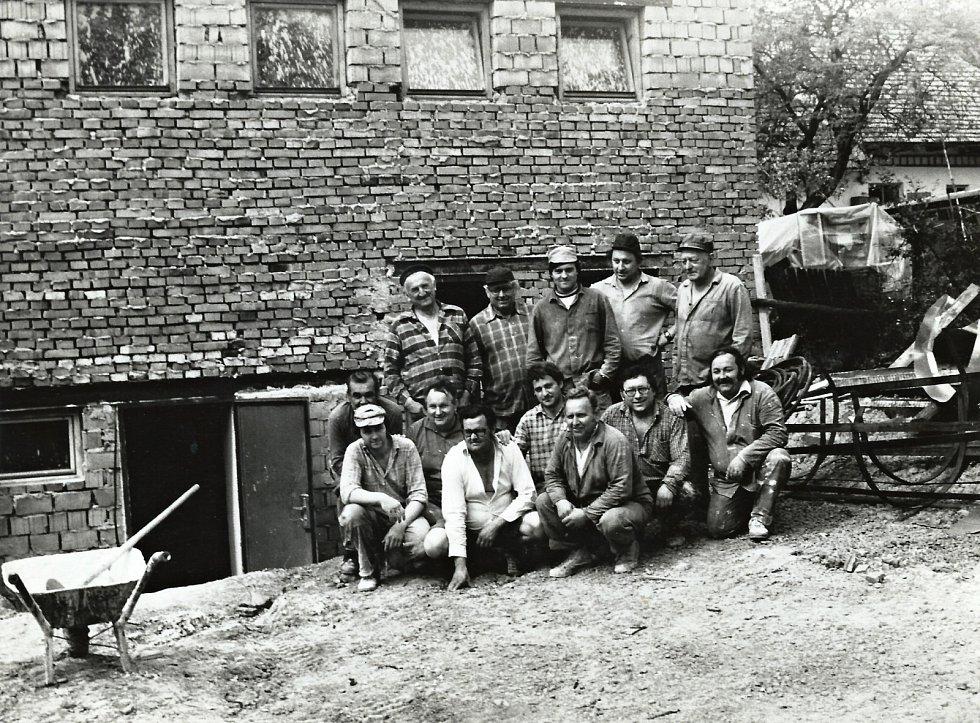 Budování místního kulturního domu v roce 1984. Dnes se zde pořádají nejrůznější společenské akce.