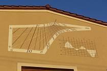 V malé obci Rouské na Hranicku se pyšní nebývalým počtem slunečních hodiny. Ve vesnici s 250 obyvateli jich mají šestery (podle některých údajů sedmery). Hodiny na průčelí obecního úřadu vznikly v roce 2009.
