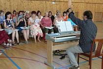 Na tři závěrečné koncerty Bělotínského týdne zpěvu se jeho účastníci už třetím rokem připravují v prostorách Střední průmyslové školy v Hranicích.