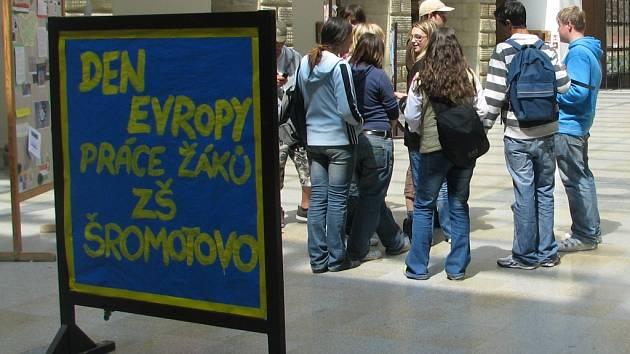 Ke Dni Evropy uspořádali žáci Základní školy Šromotovo v Hranicích výstavu na dvoraně zámku.