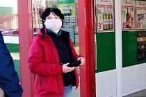 Na zákaz vstupu zákazníkům do prodejny Hruška na třídě 1. máje v Hranicích, kteří nemají roušku, respirátor či jinou ochranu úst, upozorňují vylepené plakáty na vstupních dveřích do prodejny.