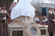Obnovený pomník v Radslavicích znovu po padesáti letech zdobí socha Tomáše Garrigua Masaryka.