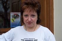 Eva Kadlecová před svým Psím salónem Vanesa.