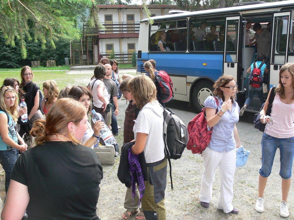 Než dojely do Čekyně, navštívily děti i Paříž, kde si na památku koupily trička.