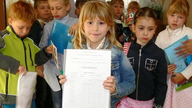 Prvňáčci ze Základní školy 1. máje v Hranicích se chlubí svým vysvědčením