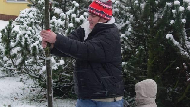 Zatímco rodiče hloubili jámy a sázeli stromy, jejich ratolesti dováděly na sněhu a stavěly sněhuláky.