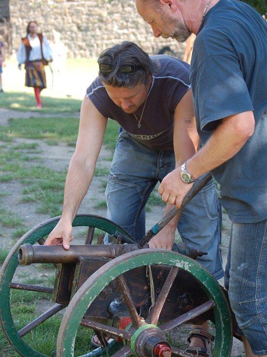 Muži obdivovali středověké zbraně.