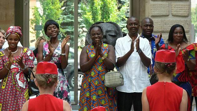 Na slavnostní předání věcí nashromážděných ve sbírce Hranice Kongu přijela konžská ambasadorka, učitelé z Konga i zástupci humanitární organizace.