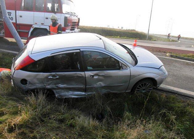 Auto zůstalo zaklíněné ve sloupu veřejného osvětlení.