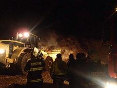 K požáru štěpky vyjížděly v pátek odpoledne do Velké u Hranic hasičské jednotky.